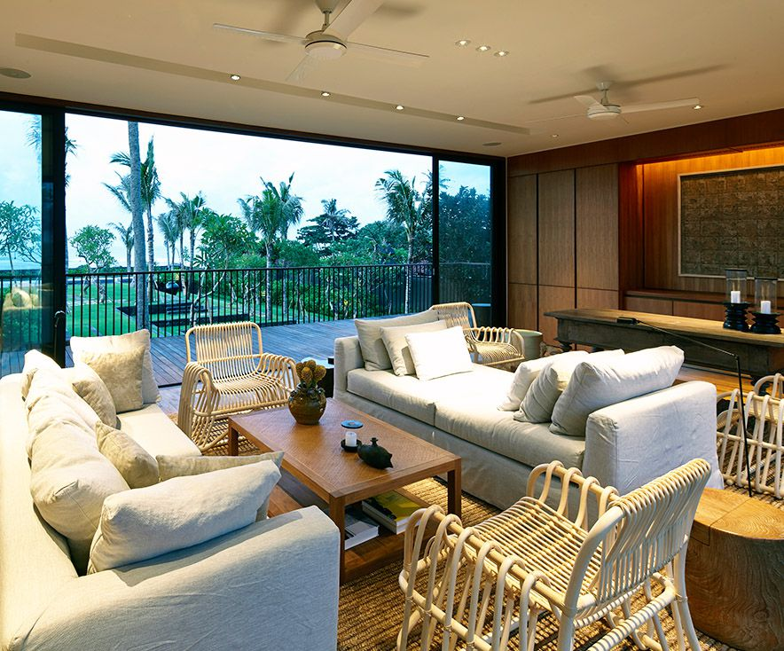 Arnalaya Beach House - Living room with a view of the sea